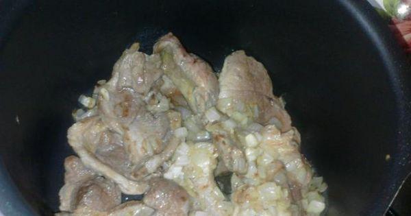 Duszona karkówka z grzybami - Karkówkę przekładamy do garnka, dodajemy pozostałe składniki i dusimy.