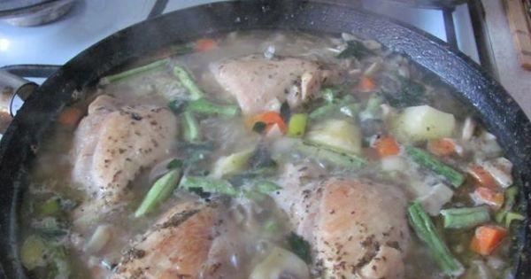 Duszone podudzia z kurczaka - Mięso duszone w pieczarkach i warzywach nabiera aromotu i staje się aksamitnie miękkie.
