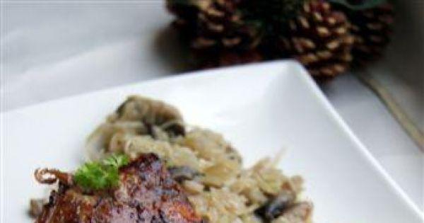 Faszerowana warzywami kaczka - Upieczona kaczka na talerzu gotowe danie do podania