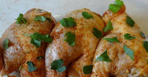 Faszerowane ćwiartki z kurczaka . - Faszerowane ćwiartki układamy w naczyniu żaroodpornym .