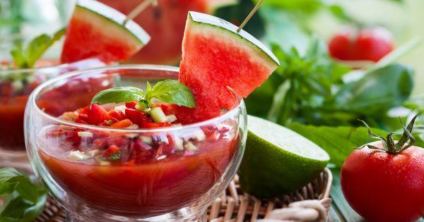 Gazpacho z dekoracją z kawałka arbuza podane w szklanej miseczce
