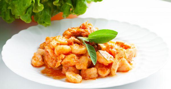 Gnocchi w sosie pomidorowym na białym talerzu