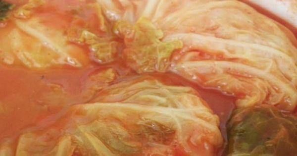 Gołąbki w kapuście włoskiej. - Pyszne gołąbki we włoskiej kapuście z sosem pomidorowym.