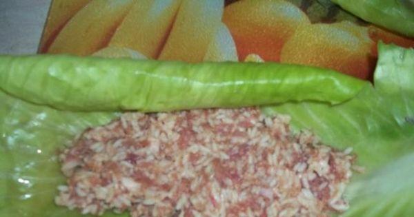 Gołąbki z mięsem mielonym i ryżem - Mięso mielone nakładamy w sparzone liście kapusty i ścisło zawijamy gołąbki.
