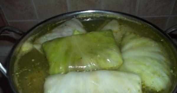 Gołąbki z mięsem mielonym i ryżem - Gołabki ułożone ciasno w garnku i zalane wodą z dodatkiem przypraw.
