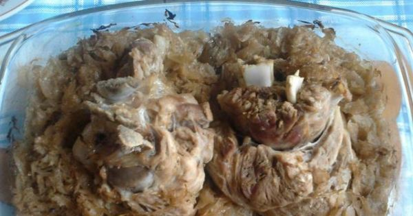 Golonka w kapuście kiszonej - Golonkę można podawać z sosem chrzanowym lub musztardą.