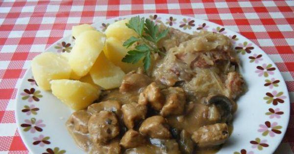Gulasz cielęcy z pieczarkami - Gulasz z pieczarkami podawać z ziemniakami lub z pieczywem.