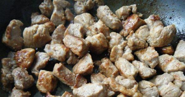 Gulasz cielęcy z pieczarkami - Rumiane mięso podlać wodą i dusić pod przykryciem do miękkości.