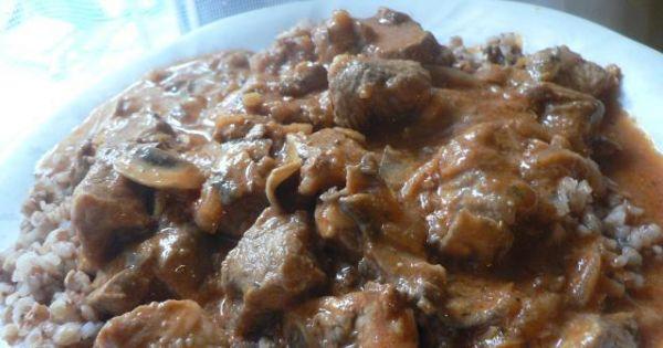 Gulasz wieprzowy z kaszą gryczaną  - Gulasz podajemy z kaszą gryczaną lub jęczmienną
