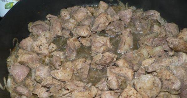 Gulasz wieprzowy z kaszą gryczaną  - Mięso podsmażamy na tłuszczu wraz z cebulą