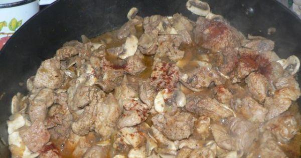 Gulasz wieprzowy z kaszą gryczaną  - Pod koniec duszenia wlewamy bulion wraz z przecierem pomidorowym
