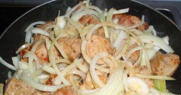 Gulasz z szynki wieprzowej - Przesmażona szynka z cebulą.