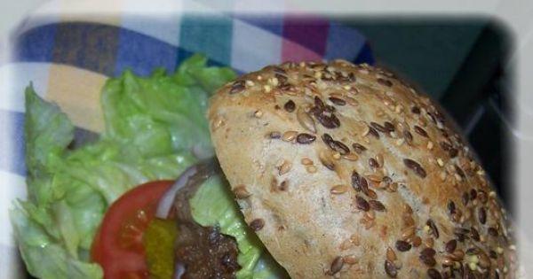 Hamburger Magdy Gessler - Podajemy w bułce sezamowej  z dodatkami oraz majonezem, musztardą i keczupem