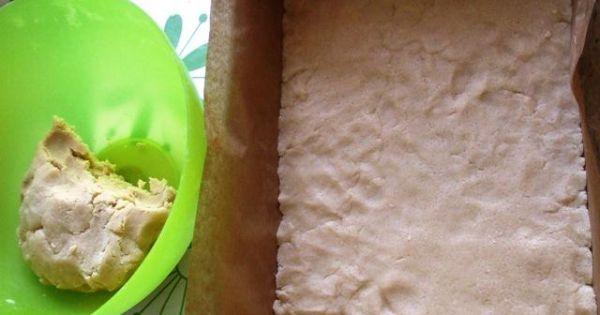 Jabłecznik z budyniem na cieście kruchym -  Trochę więcej niż połowę ilości wyrobionego ciasta wyłożyć na dno dużej blachy wyłożonej papierem