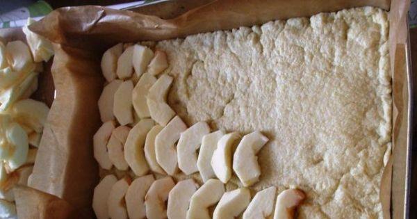 Jabłecznik z budyniem na cieście kruchym - Pokrojone kawałki jabłek ułożyć jeden obok drugiego na podpieczonym spodzie.