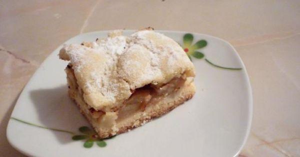 Jabłecznik z ciasta pół kruchego - Upieczone ciasto z jabłkami posypać cukrem pudrem