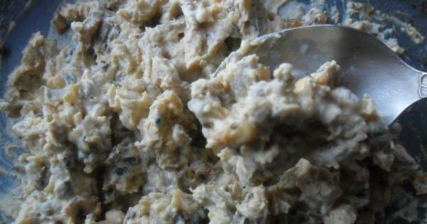 Jajka faszerowane pieczarkami .. - Utarte żółtka połączyć z pieczarkami , majonezem i musztardą.