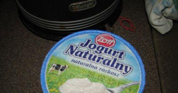 Jogurt naturalny - Etap 2 - przelej ciepłe mleko do pojemnika i wlej jogurt naturalny