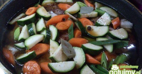 Karczek duszony w warzywach - dodać przyprawy i podlać bulionem a potem dusić do...