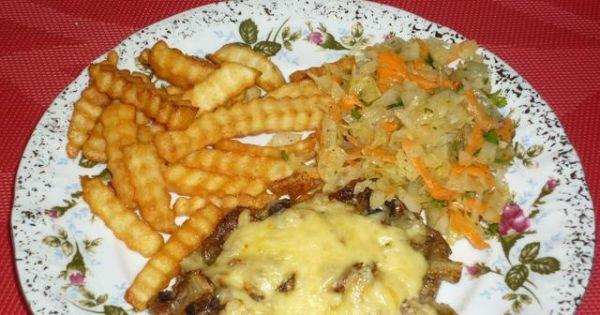 Karczek zapiekany z pieczarkami i serem - Upieczone mięso podajemy z frytkami i surówką.