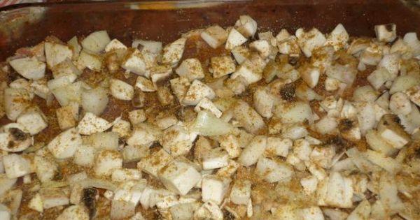 Karczek zapiekany z pieczarkami i serem - Na mięsie ułożyć pokrojone w kostkę pieczarki i cebulę.