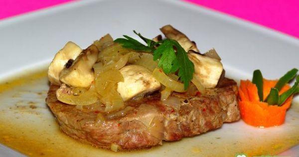 Karkówka z cebulą i pieczarkami - tutaj na zdjęciu widzimy gotowa karkówkę . . .