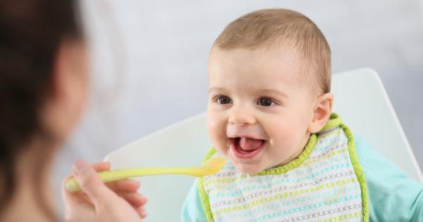Karmienie niemowlęcia łyżeczką