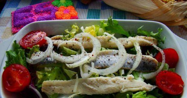 Karnawałowe marynowane śledziki  - Śledziki marynowane podane na mixie sałat z pomidorkami