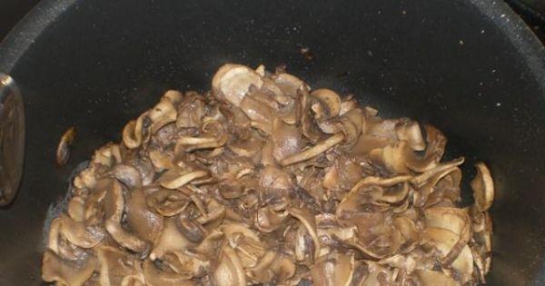 Kasza gryczana z sosem pieczarkowym 2 - Pieczarki kroje w plasterki i podsmażam na tłuszczu