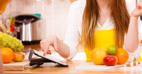 Kobieta gotująca z przepisu na tablecie