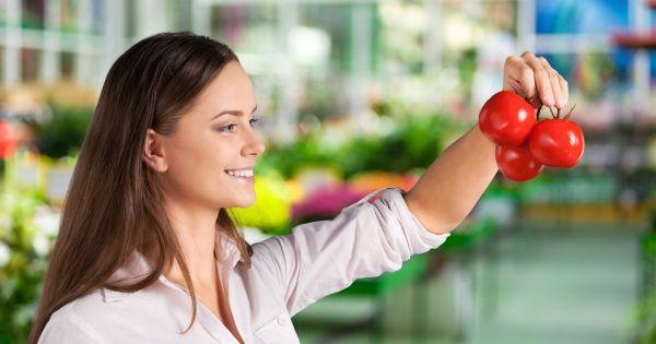 Kobieta kupująca pomidory