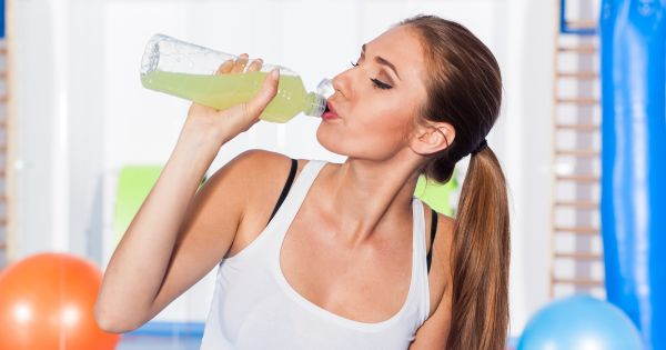 Kobieta pijąca napój izotoniczny