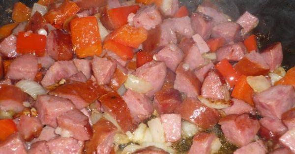 Kociołek - Kiełbasę czosnek cebulę oraz paprykę podsmażyć.