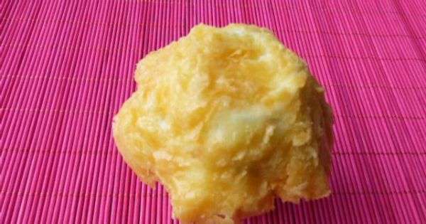 Koszyczki serowe z sałatką - Stopiony ser łopatką przełożyć na owróconą do góry dnem foremkę