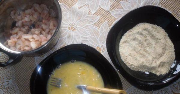 Krewetki w panierce. - Opanierowane krewetki wrzucamy osobno na głęboki i gorący olej.