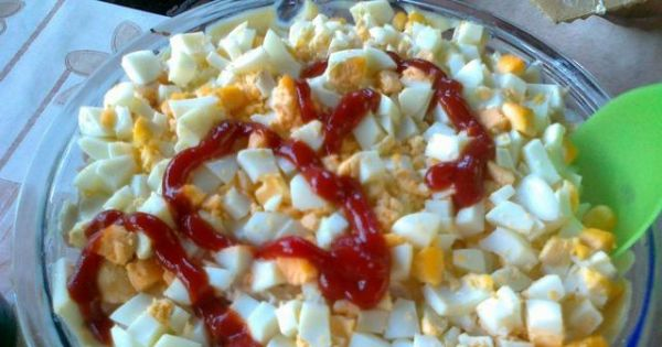 Królewska sałatka z ananasem - warstwowa - Gotowa do podania sałatka królewska - warstwowa