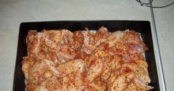 Kurczak na ryżu  - Natarte skrzydełka układamy na wysypanym suchym ryżu.