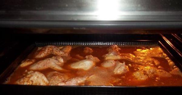 Kurczak na ryżu  - Skrzydełka zalane zalewą i wstawione do nagrzanego piekarnika.