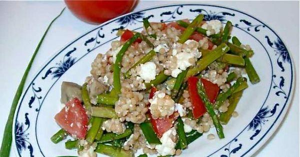 Kuskus izraelski ze szparagami i fetą - Kuskus iyraelski z fetą, szparagami, pieczarkami i pomidorami.