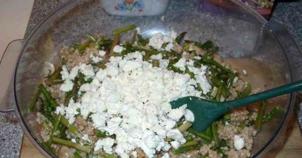 Kuskus izraelski ze szparagami i fetą - Mieszamy kuskus ze szparagami, fetą i pomidorami plus oliwą, octem i przyprawami.