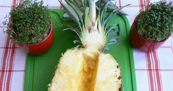 Kuskus z musem ananasowym z owocami - Ananas przekrojony na pół wycięty środek