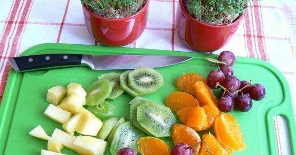 Kuskus z musem ananasowym z owocami - Kiwi pokrojone mandarnyka obrana z błonek