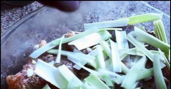 Łosoś w sosie śmietankowym - Dokładamy grubo pokrojonego pora na łososia