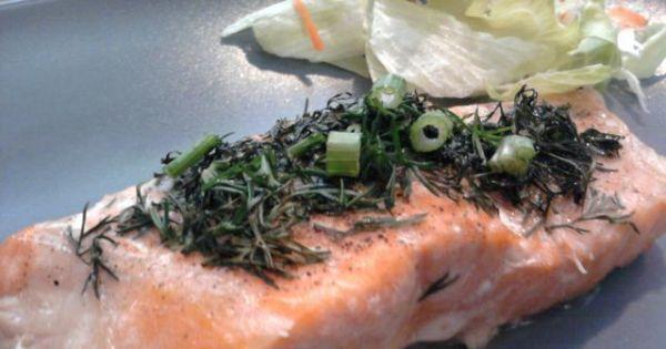 Łosoś zapiekany w folii z masłem - Łosoś pieczony w folii stanowi pyszny posiłek.