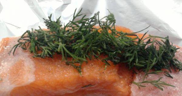 Łosoś zapiekany w folii z masłem - koperek nadaje potrawie aromatu i podkreśla charakter ryby.