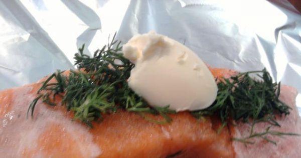 Łosoś zapiekany w folii z masłem - Zamiast masła roślinnego można użyć zwykłego masła.