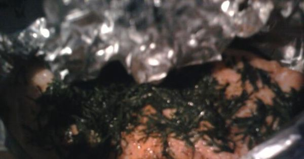 Łosoś zapiekany w folii z masłem - Otwarcie folii pod koniec pieczenia jest wskazane, aby nasza ryba lekko się spiekła, a nie tylko zaparzyła w folii.