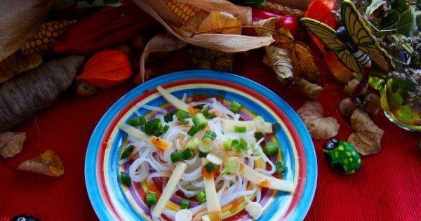 Makaron ryżowy z pędami bambusa - Makaron tyżowy z pędami bambusa ,podany z sosem chilli słodko -kwaśnym