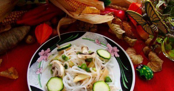 Makaron z pędami bambusa i pieczarkami  - Makaron ryżowy z pędami bambusa,cukinią i pieczarkami
