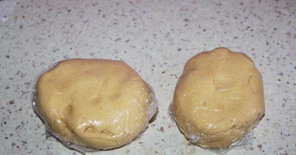 Mazurek Wielkanocny 3 - Ciasto zagniotłam i podzielilam na dwie części wsatwilam do lodówki na 20 minut